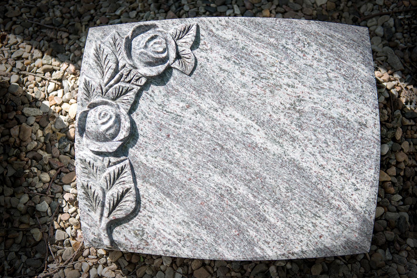 Grabstein mit Rosenverzierung von Braun + Kohler Steinmetz