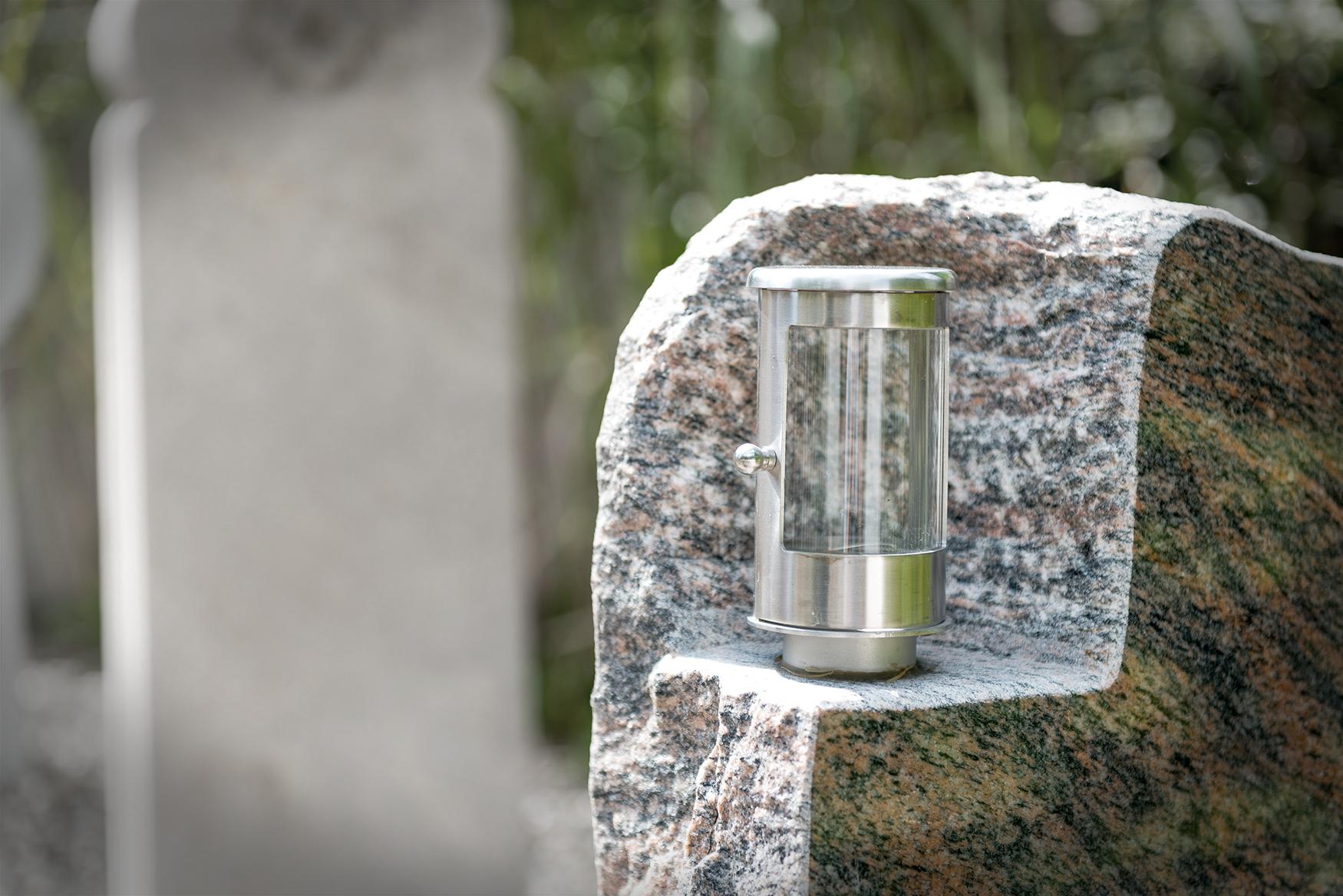 Grabmal mit Laterne von Braun + Kohler Steinmetz