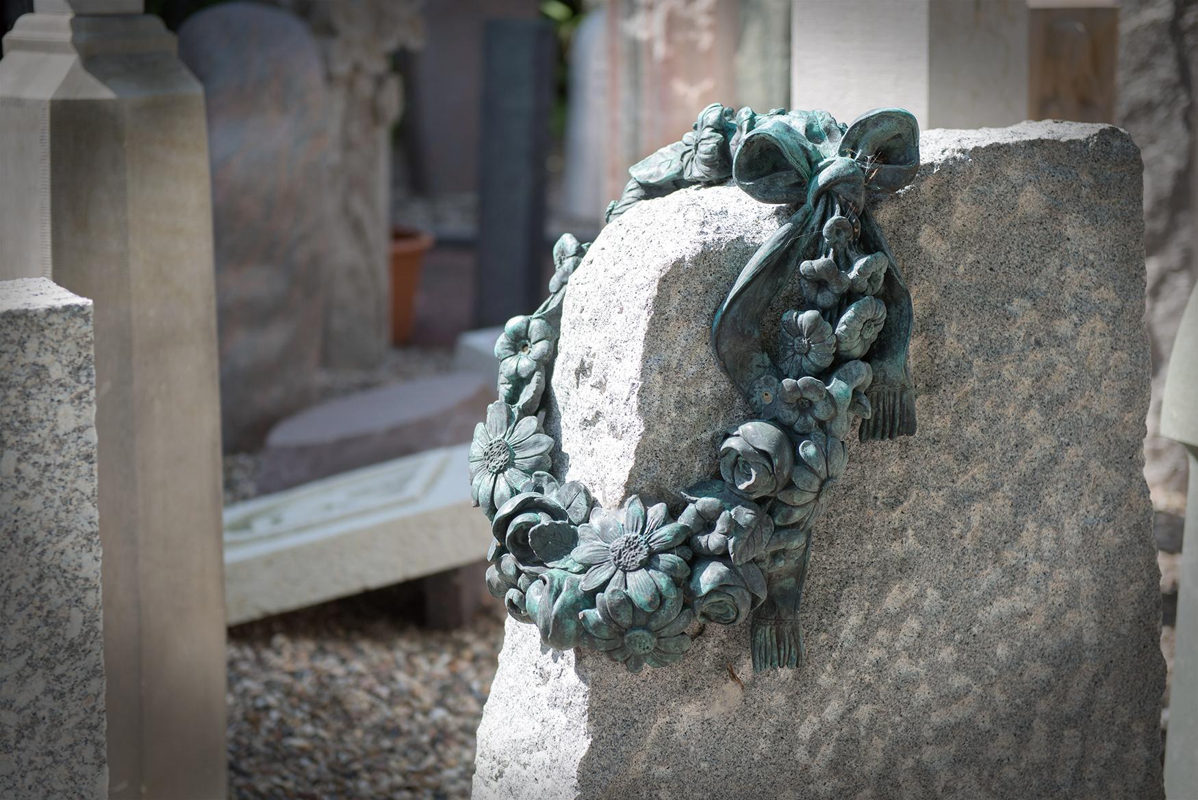 Grabmal mit steinernem Blütenkranz von Braun + Kohler Steinmetz