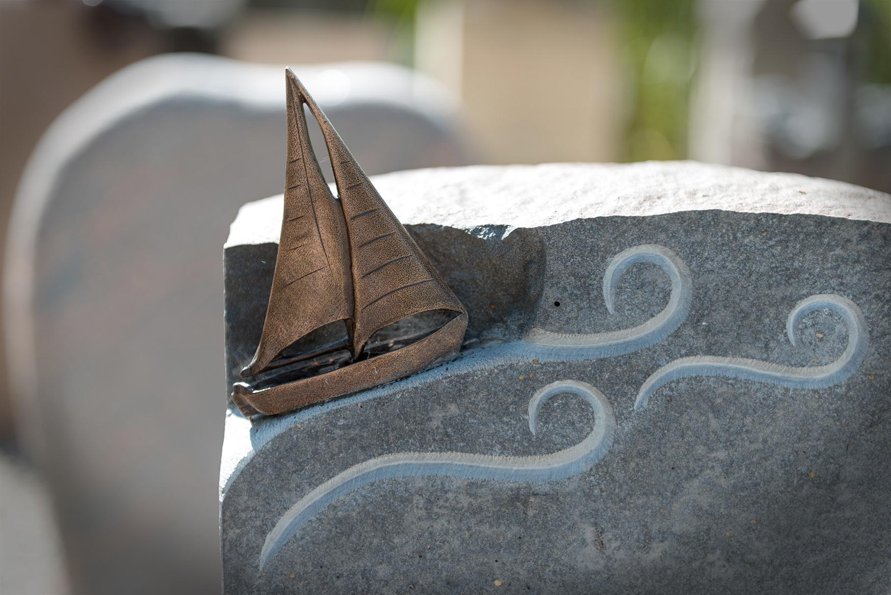 Grabmal mit Segelboot und Wellen von Braun + Kohler Steinmetz