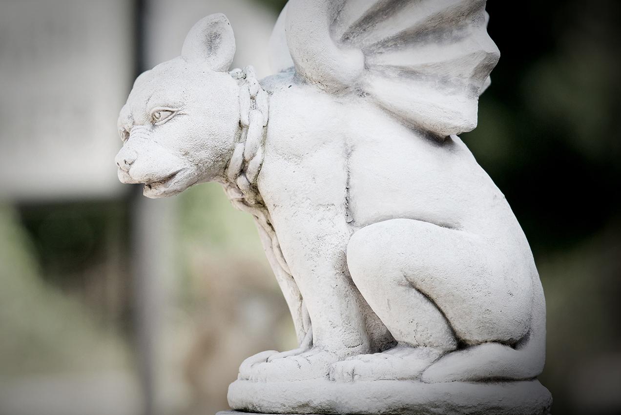 Skulptur Hund mit Flügeln von Braun + Kohler Steinmetz
